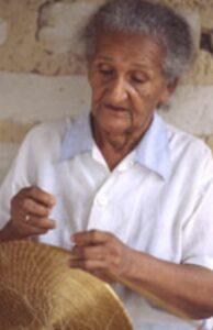 Dona Miúda, 72 anos. Uma das mais antigas artesãs do capim na região.  Fonte: Texto Mumbuca - Whatsapp